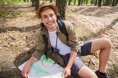 Radosny męski poszukiwacz przygód gmeranie dla lokaci Obrazy Royalty Free