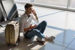 Radosny męski turystyczny czekanie dla lota Zdjęcia Royalty Free