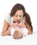 Radosny macierzysty bawić się z dziewczynka jej niemowlakiem Fotografia Stock