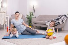 Radosny macierzysty relaksować z jej dzieciakami po trenować fotografia royalty free