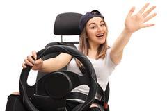 Radosny nastoletni kierowcy falowanie przy kamerą zdjęcie stock