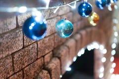 radosny nowy rok dekorował z kolorowymi światłami i piłkami zdjęcie stock