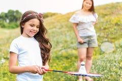 Radosny rodzinny bawić się badminton na łące zdjęcie royalty free