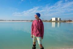 Radosny sandboarder przed jechać w przemysłowym terenie Obrazy Royalty Free