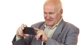 Radosny starszy mężczyzna ono uśmiecha się brać selfies z smar telefonem zdjęcie royalty free
