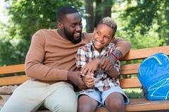 Radosny szczęśliwy ojciec i syn odpoczywa wpólnie zdjęcia stock