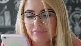 Radosny uśmiechnięty młody bizneswoman ma negocjacje telefonem w biura zakończeniu w górę 20s 4k zbiory wideo