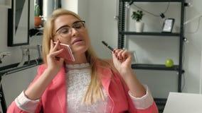 Radosny uśmiechnięty młody bizneswoman ma negocjacje telefonem w biura zakończeniu w górę 20s 4k zdjęcie wideo