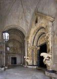 Portal av domkyrkan av St. Lawrence som göras av Radovan i 1240, Trogir, Kroatien Arkivbild