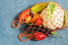 Radpåse med nya organiska grönsaker från lantgården Arkivbilder