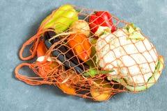 Radpåse med nya organiska grönsaker från lantgården Royaltyfri Bild