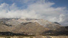Radrizzi alla pentola sinistra delle montagne di Sandia video d archivio