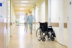 Radstuhl am Flur des Krankenhauses. Stockfotos