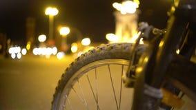 Radtour um Großstadt nachts, defocused Verkehr in belichteter Straße stock footage