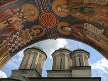 Radu Voda Monastery sikt från klockstapeln Arkivbilder