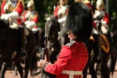 Radunare la cerimonia di colore, Londra Regno Unito Il soldato sta all'attenzione fotografie stock