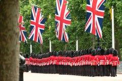 Radunare la cerimonia di colore, Londra Regno Unito La linea di soldati che marciano con la presa del sindacato inbandiera l'atta immagini stock