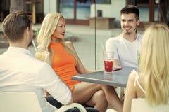 Raduno degli amici in caffè di estate fotografia stock libera da diritti