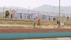 Raduno di immigrazione sul confine video d archivio