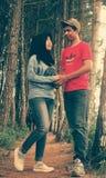 Raduno musulmano delle coppie in foresta Fotografia Stock