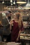 Raduno, proposta ed anniversario Riunione d'affari dell'uomo e della donna Coppie nel raduno di amore al ristorante Data della fa immagine stock libera da diritti