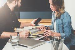 Raduno tra due persone Riunione d'affari teamwork Uomo d'affari e donna di affari che si siedono alla tavola Uomo che usando Smar Fotografie Stock