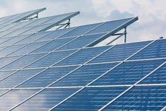 Radura blu Sunny Day Clouds Refl di tecnologia del primo piano dei pannelli solari immagini stock libere da diritti