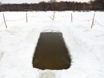 Radura del ghiaccio con acqua congelata in fiume Immagini Stock