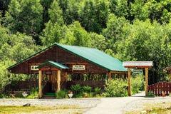 Radura di Narzan Costruzione di legno nella foresta Fotografia Stock