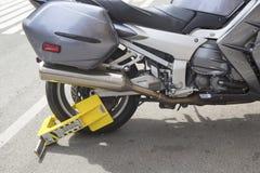 Radverschluß auf einem illegal Parkmotorrad Lizenzfreie Stockbilder