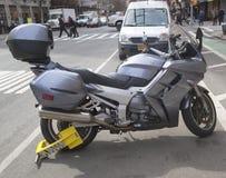 Radverschluß auf einem illegal Parkmotorrad Stockfotos
