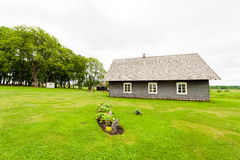 RADVILISKIS, ΛΙΘΟΥΑΝΙΑ - 12 ΙΟΥΝΊΟΥ 2014: Μοναδικό χωριό και αγροτική περιοχή στη Λιθουανία με το ξύλινο κτήριο Πράσινα χλόη και  στοκ φωτογραφία