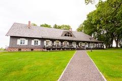 RADVILISKIS, ΛΙΘΟΥΑΝΙΑ - 12 ΙΟΥΝΊΟΥ 2014: Μοναδικό χωριό και αγροτική περιοχή στη Λιθουανία με το ξύλινο κτήριο Πράσινα χλόη και  Στοκ εικόνα με δικαίωμα ελεύθερης χρήσης