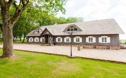 RADVILISKIS, ΛΙΘΟΥΑΝΙΑ - 12 ΙΟΥΝΊΟΥ 2014: Μοναδικό χωριό και αγροτική περιοχή στη Λιθουανία με το ξύλινο κτήριο Πράσινα χλόη και  Στοκ φωτογραφίες με δικαίωμα ελεύθερης χρήσης