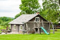 RADVILISKIS, LITAUEN - 12. JUNI 2014: Einzigartiges Dorf und ländliches Gebiet in Litauen mit hölzernem Gebäude Grünes Gras und W Lizenzfreie Stockfotos
