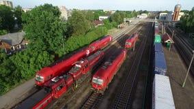 RADVILISKIS LITHUANIA, CZERWIEC, - 28, 2018: Litewska Kolejowa sieć z pociągami i linią kolejową w tle zbiory wideo
