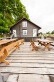 RADVILISKIS, LITHUANIE - 12 JUIN 2014 : Village unique et zone rurale en Lithuanie avec le bâtiment en bois Images libres de droits