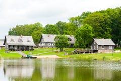 RADVILISKIS, LITHUANIE - 12 JUIN 2014 : Village unique et zone rurale en Lithuanie avec le bâtiment en bois et l'herbe verte Lac  Images stock