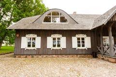 RADVILISKIS, LITHUANIE - 12 JUIN 2014 : Village unique et zone rurale en Lithuanie avec le bâtiment en bois Herbe verte et forêt  Photo libre de droits