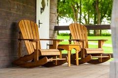 RADVILISKIS, LITOUWEN - JUNI 12, 2014: Uniek Dorp en Plattelandsgebied in Litouwen met de Houten Bouw unieke houten stoelen Stock Fotografie