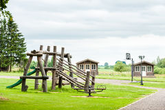 RADVILISKIS, LITUANIA - 12 DE JUNIO DE 2014: Pueblo único y zona rural en Lituania con el edificio de madera Hierba verde y playg Fotografía de archivo