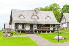 RADVILISKIS, LITUANIA - 12 DE JUNIO DE 2014: Pueblo único y zona rural en Lituania con el edificio de madera y la hierba verde Fotos de archivo libres de regalías