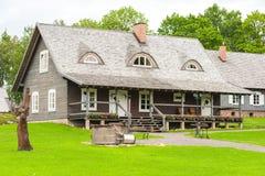 RADVILISKIS, LITUANIA - 12 DE JUNIO DE 2014: Pueblo único y zona rural en Lituania con el edificio de madera y la hierba verde Imagenes de archivo