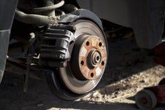 Radwechsel auf schwarzem Limousineauto, Steckfassung hält den Körper in Lizenzfreie Stockfotos