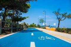Radweg auf der adriatischen Seeküste Küste der Stadt Alba Adriatica in Italien, Kiefer auf der Seite, sonniger Tag des Sommers Stockbild