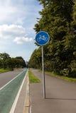 Radweg mit Zeichen Stockfoto