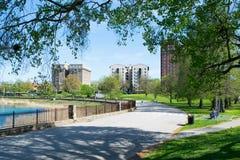 Radweg nahe bei einem See in Baltimore, Maryland lizenzfreies stockfoto