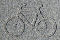 Radwegzeichen graviert im Granit Lizenzfreie Stockbilder