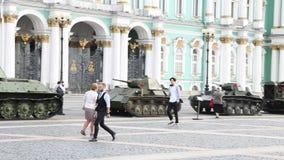 Radzieccy zbiorniki i działa czasy druga wojna światowa na patriotycznej akci, dedykujący dzień pamięć i żal na Pa zbiory