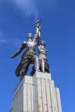 Radziecki pomnikowy pracownik i wspólna rolna dziewczyna na tle Fotografia Stock